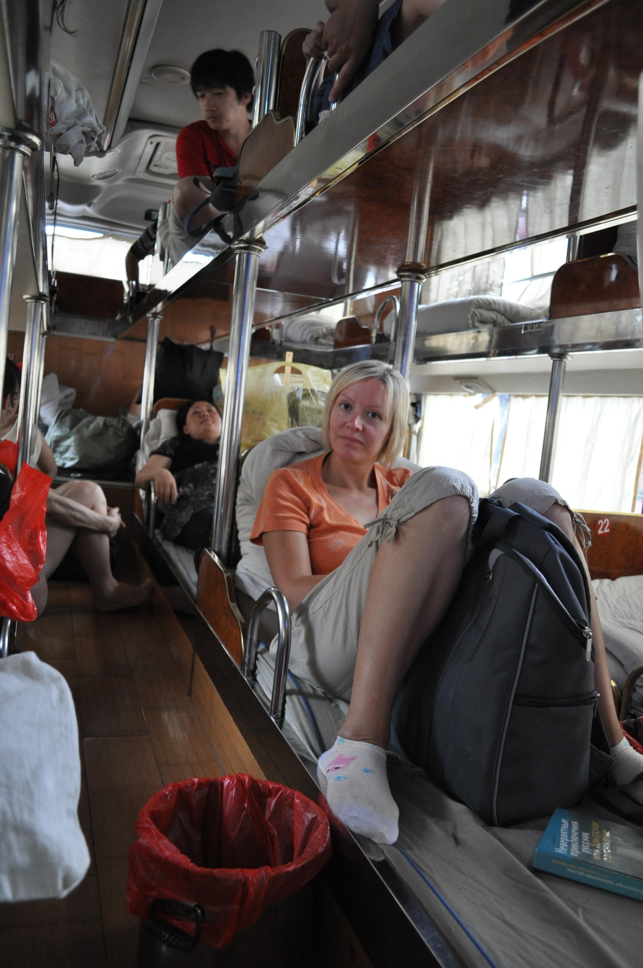 смотреть трогает женские ноги в автобусе